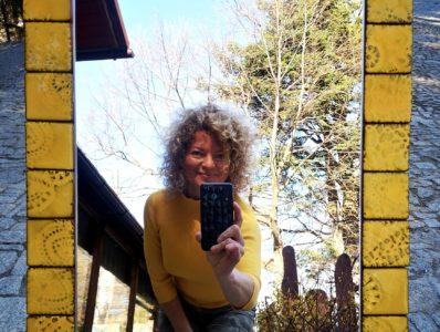 kamelo ceramika lustro w żółtej ramie